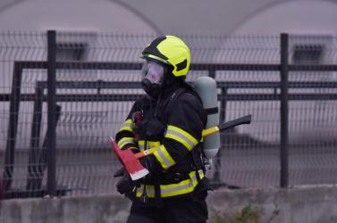 Hasiči aktuálne zasahujú pri požiari v Bratislave - Lamači, hlásia aj jednu obeť