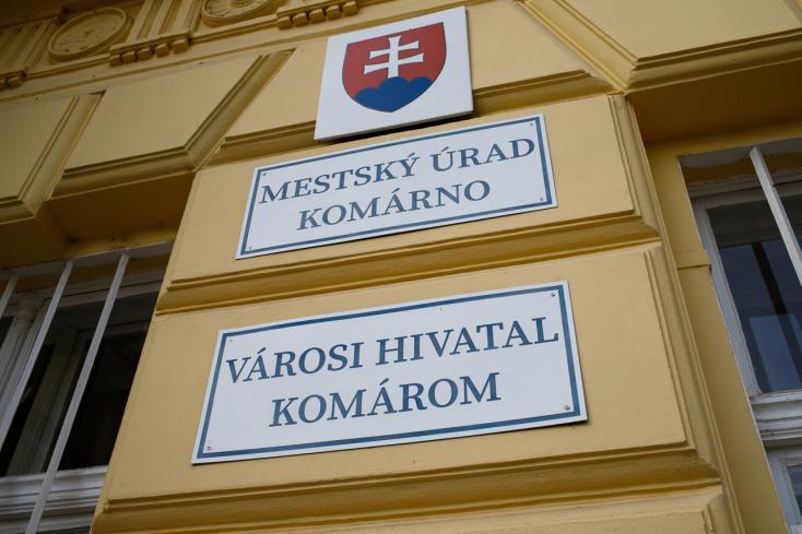 Komárno: Mesto v tomto roku investovalo do opráv chodníkov 150.000 eur