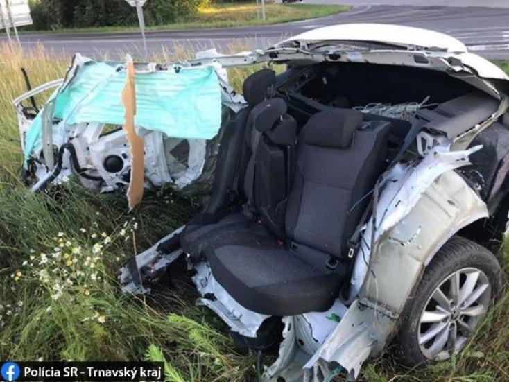 Polícia: Vyšetruje dopravnú nehodu, pri ktorej sa auto 'roztrhlo' na dve časti