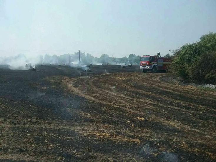 Hasiči likvidujú požiar strniska pri obci Okoč