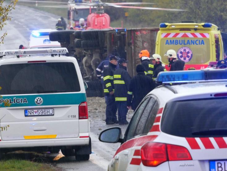 Tragická nehoda pri Nitre si vyžiadala 12 obetí, z toho štyri deti - VIDEO