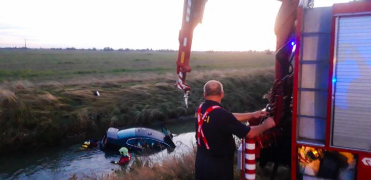 Hasiči vyťahovali auto zo závlahového kanálaneďaleko obce Štvrtok na Ostrove