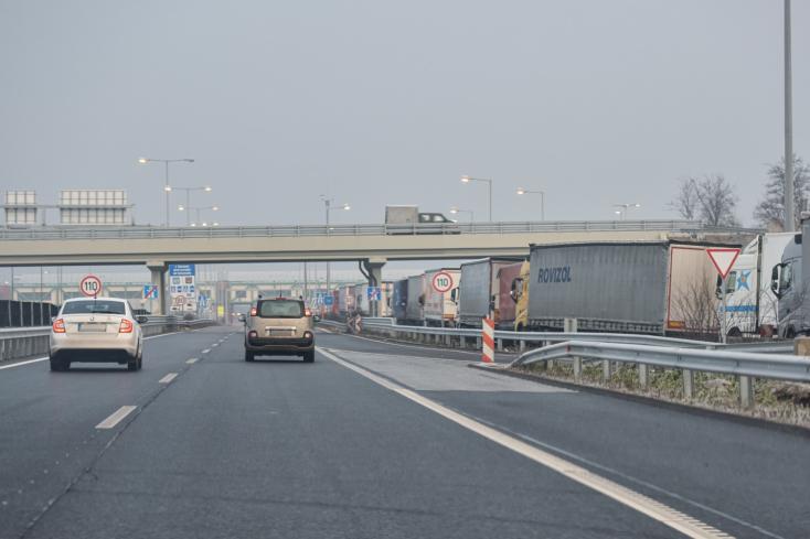 Maďarská polícia pre protest dopravcov v SR obmedzila kamiónovú dopravu