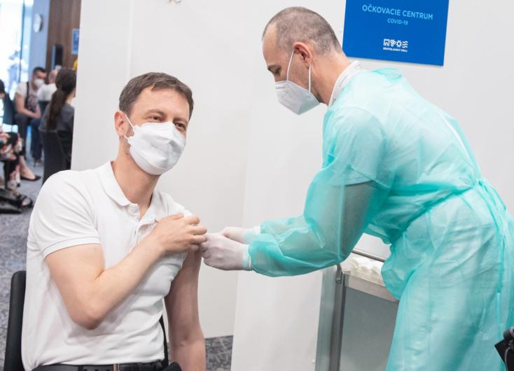 Premiéra v sobotu zaočkovali prvou dávkou vakcíny proti ochoreniu COVID-19