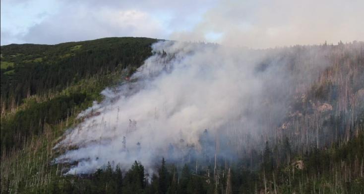 Na území Bystrej, kde druhý deň horí les, nebola spracovaná kalamita