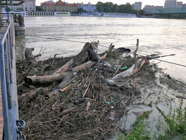SHMÚ: Dunaj má vyše sedem metrov, kulminácia má prísť popoludní na úrovni 770 cm