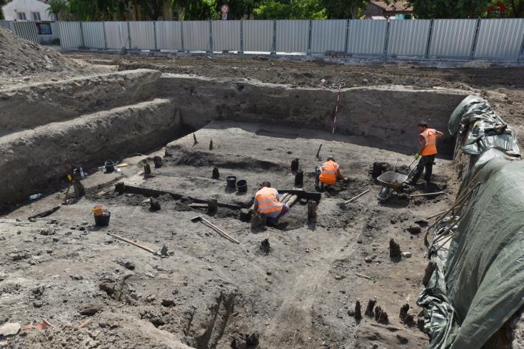 Archeológovia našli hradobnú vežu aj drevené dno Trnávky