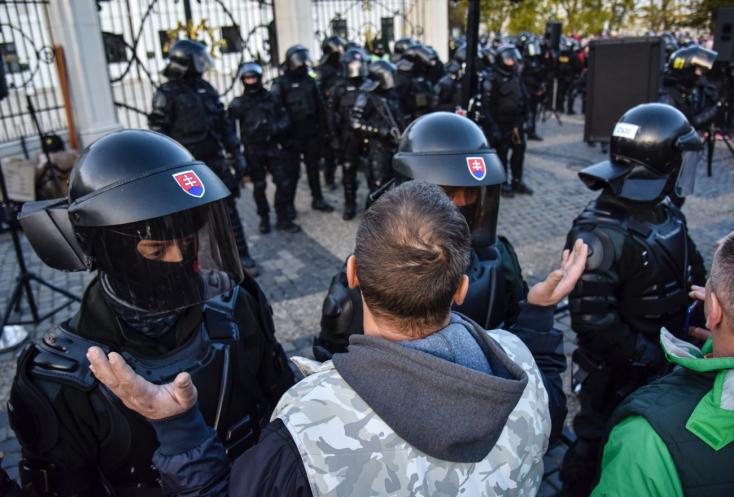 Premiér: Polícia zvládla utorkové protesty na jednotku s hviezdičkou