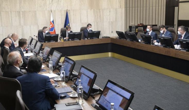 Vláda: Prerokuje obnovenie pandemických dávok aj civilný mimosporový poriadok