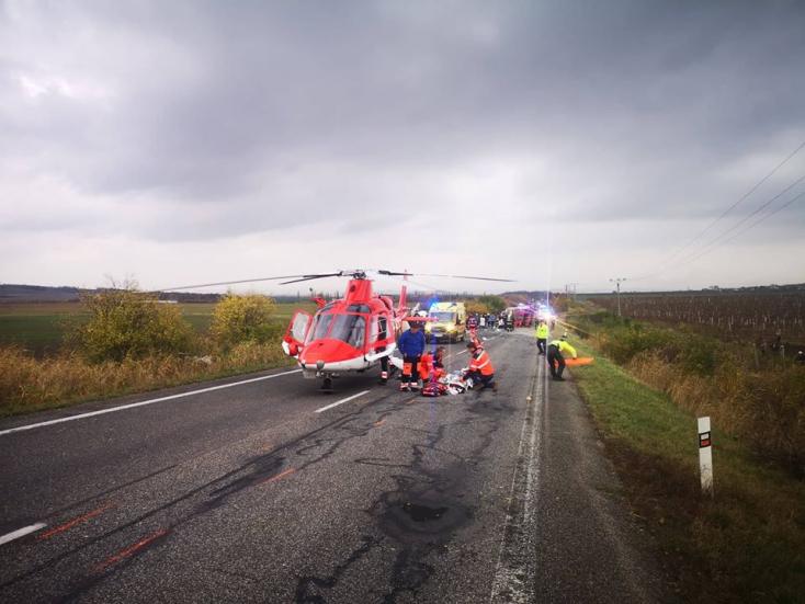 Pri Nitre sa zrazil autobus s kamiónom, na mieste sú mŕtvi a zranení