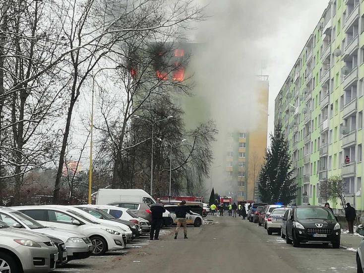 Hasiči zasahujú pri požiari bytového domu v Prešove, kde došlo k výbuchu