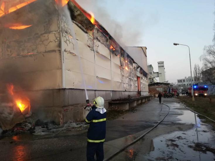 V Dunajskej Strede horí hala na výrobu peliet, oheň zasiahol celý objekt