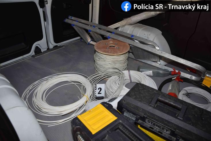 Polícia: Našla v Dunajskej Strede zlodejov, ktorí kradli z odomknutých áut