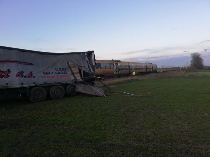Okoličná na Ostrove: Vlak spoločnosti RegioJet sa zrazil s kamiónom