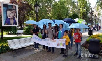 Pochod s dáždnikmi vyjadril solidaritu s utečencami