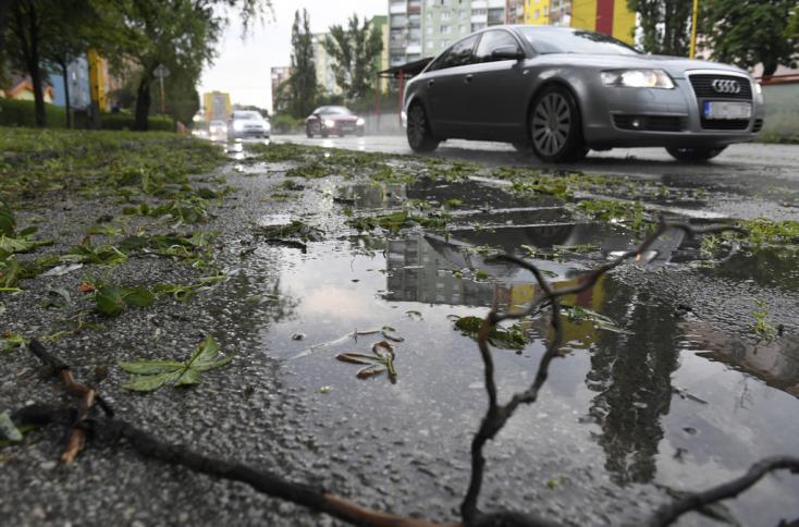 SHMÚ: Popoludní až do večera sa môžu na väčšine územia vyskytnúť búrky