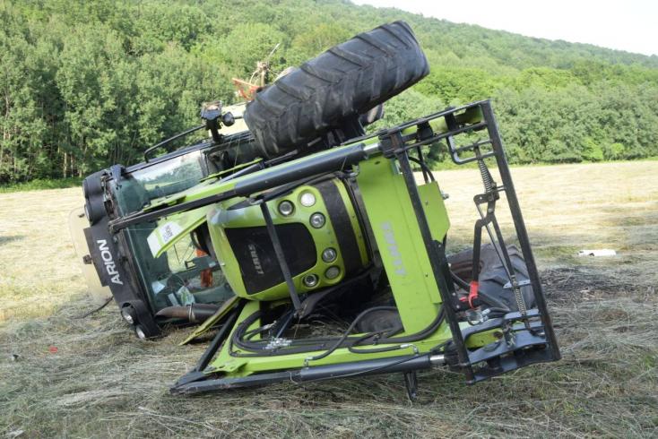 V prevrátenom traktore zahynul 22-ročný muž zo Skalice