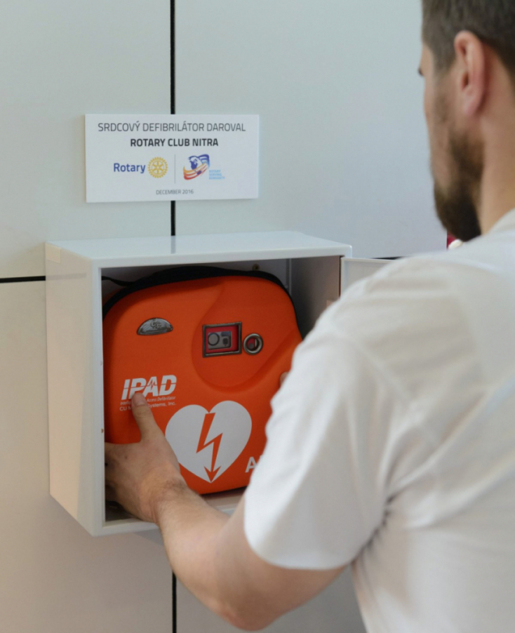 Štúrovo: Pri vchode do budovy radnice pribudol nový defibrilátor