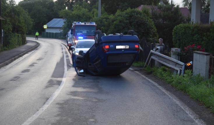 Vodič nafúkal 3,5 promile, po nehode skončil s autom na streche