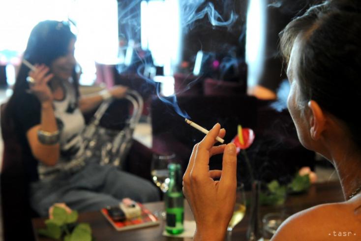 Zákaz fajčenia v reštauráciách by sa mohol rozšíriť aj na terasy
