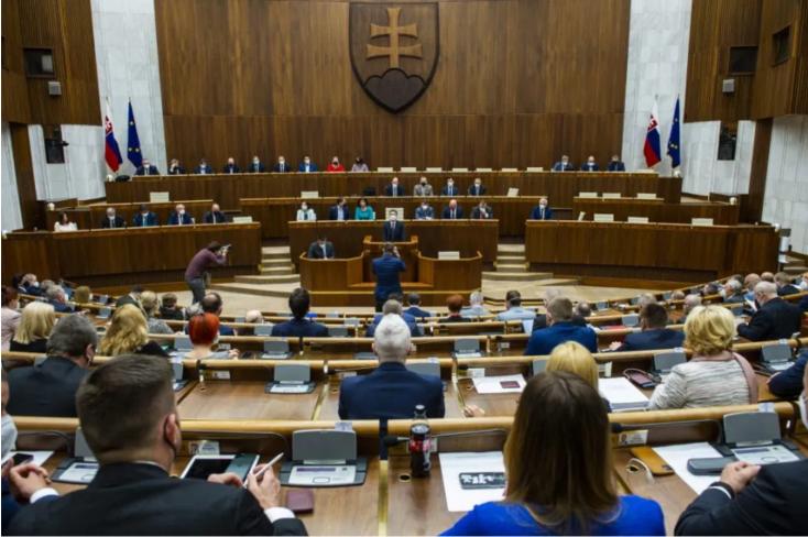 Poslanci zarábajú v roku 2021 mesačne vyše 5000 eur, platy sa líšia