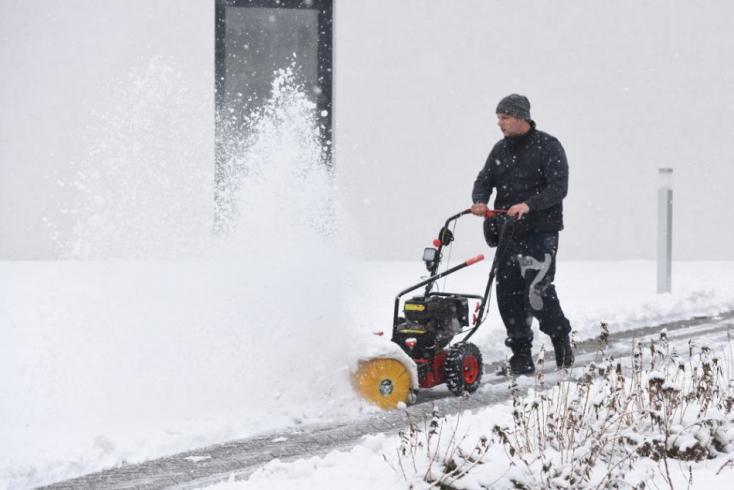 Komárno: Mesto hľadá ľudí ochotných čistiť chodníky od snehu