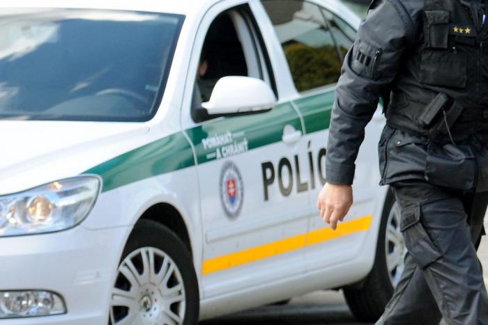 Naháňačka s policajtmi sa skončila streľbou, jeden policajt sa zranil
