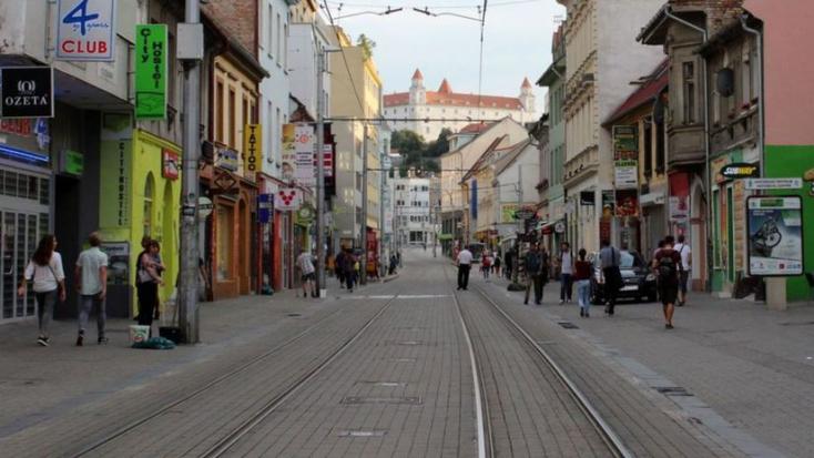 Na Obchodnej ulici v Bratislave sa strieľalo, postrelili muža i 14-ročné dievča