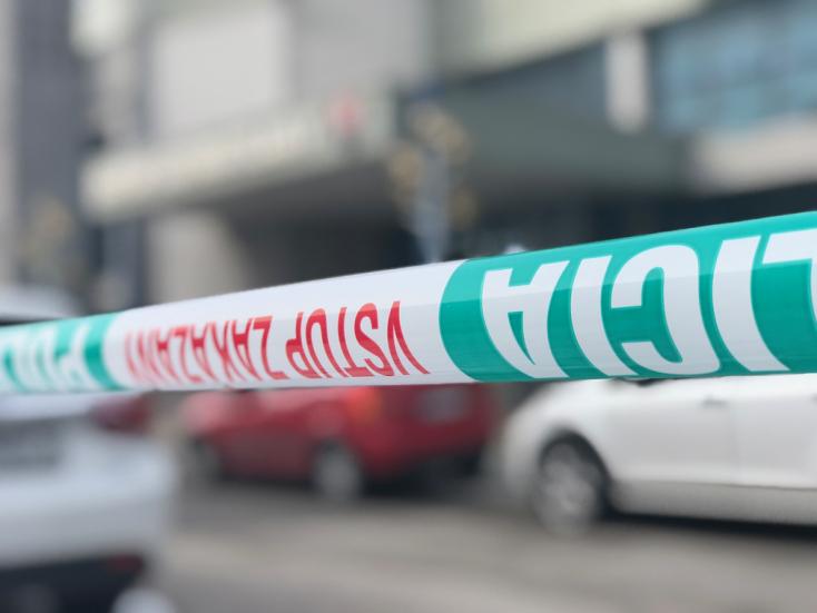 Muž v Trsticiach schovával pod schodiskom zavraždenú ženu