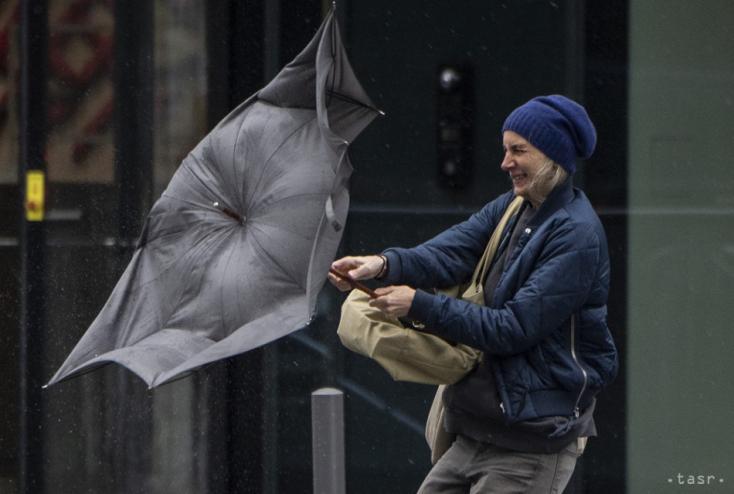 SHMÚ varuje pred silným vetrom, snežením i tvorbou snehových závejov