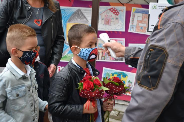 ÚVZ: Povinnosť nosenia rúška na školách sa predlžuje do 1. októbra