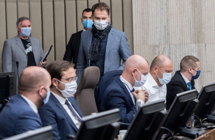 Vláda by mala prinášať nádej,viac však prezentuje spory a chaos, tvrdí Bratislava