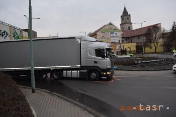 FOTO: Kamión v Hlohovci zachytil chodca, polícia hľadá svedkov