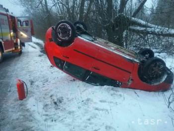 FOTO: Pri Pavčinej Lehote skončilo auto na streche