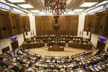 Opozícia zvažuje, že bude iniciovať vyslovenie nedôvery vláde