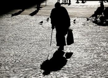 Pomôžte nájsť násilníka, ktorý olúpil v Bratislave 79-ročnú ženu