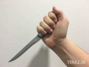 Polonahý muž v Petržalke s nožom v ruke sexuálne obťažoval ženy