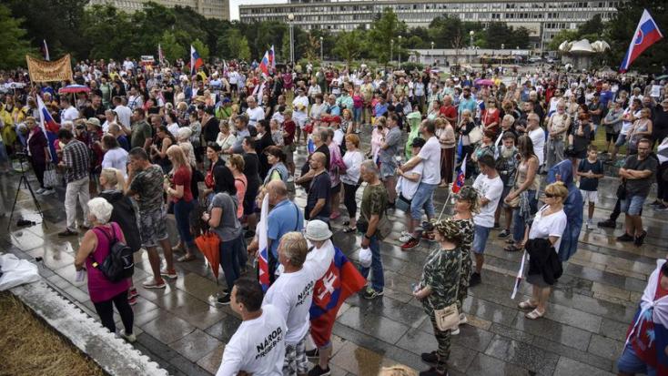Pred Úradom vlády ľudia opäť protestovali proti vláde a opatreniam
