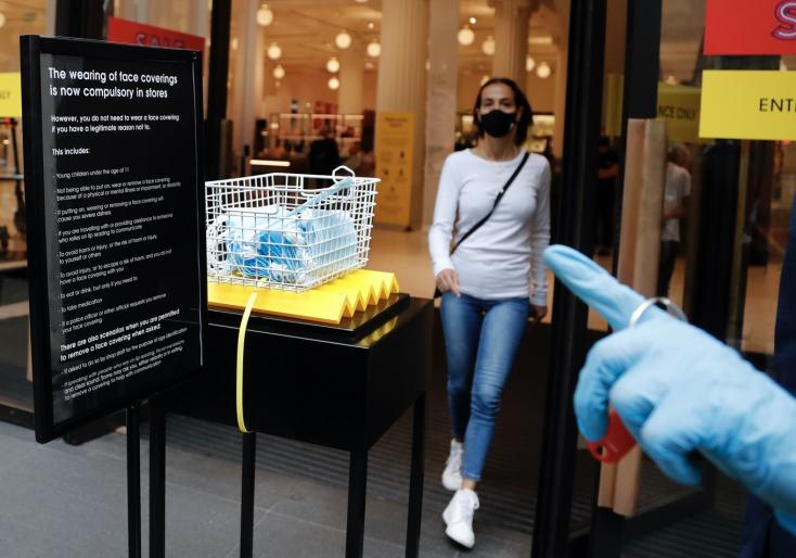 Slovensko sprísňuje opatrenia - povinné rúška, obmedzené prevádzky a podujatia