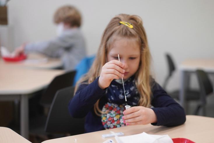 Rodičia a žiaci sa nebudú musieť v školách preukazovať negatívnym testom