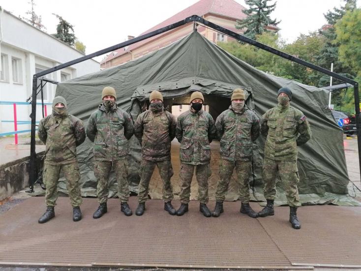 Komárno: Nemocnici pomáhajú v stane a na odberovom mieste vojaci